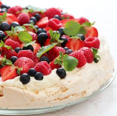 Pavlova - best cake ever! Baking Recipes, Cake Recipes, Dessert Recipes, Yummy Treats, Sweet Treats, Yummy Food, Best Cake Ever, Norwegian Food, Delicious Deserts