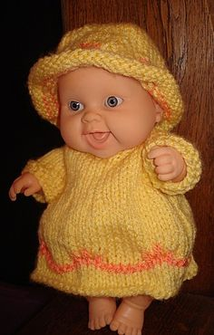 Peque de Paola Reina con vestido y gorro de crochet.