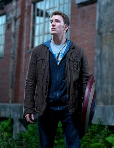 Chris Evans in Captain America: The Winter Soldier. That doesn't seem like something Steve would wear (based on the first Captain America movie and the Avengers). It's more Johnny-Storm style. Steve Rogers, Steven Grant Rogers, Captain Marvel, Marvel Dc, Capitan America Chris Evans, Chris Evans Captain America, Capt America, America Movie, Logan Lerman