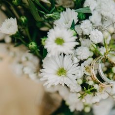 Sometimes just a bunch of #wild flowers make it nicely softly  I love using #babysbreath and #minidaisy #daisy for a natural and smooth atmosphere
