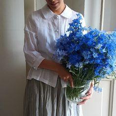 デルフィニウムの花束と共に。青に白いブラウスが映えてとってもさわやかです。