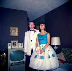 36 Retro Snapshots That Capture Teenagers Posing With Their TVs in the ~ vintage everyday Vintage Prom, Vintage Mode, Vintage Style, Prom Photos, Prom Pictures, Old Photos, Prom Images, Crazy Pictures, Prom Pics