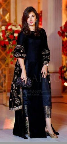 new ideas for dress wedding black chic Velvet Pakistani Dress, Pakistani Formal Dresses, Pakistani Dress Design, Pakistani Outfits, Indian Outfits, Kurta Designs, Kurti Designs Party Wear, Shadi Dresses, Indian Gowns Dresses