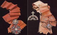A gauche, Ordre de Saint Alexandre Nevski, deuxième moitié du XVIIIième siècle. A droite, Ordre de Sainte-Catherine, réservé aux femmes. Or, argent, rubis et brillants, fin du XVIIIe siècle.