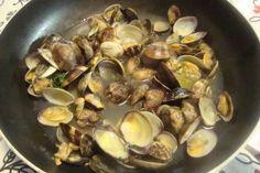 Vongole,  aglio,  prezzemolo,  olio di oliva,  sale e pepe q.b.        Pulire bene le vongole e lasciarle per un pò in acqua corrente. Farle aprire in un tegame con olio di oliva, aglio e prezzemolo ben tritati, sale e pepe. Servirle calde con il loro brodo di cottura (che costituisce un intingolo gustoso) e con spicchi di limone. E' possibile cucinarle anche con il pomodoro.
