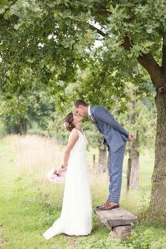 #bruidspaar #kus #bruiloft Trouwen op een boerderij in Schinnen   ThePerfectWedding.nl   Fotocredit: Sanne van de Berg Fotografie