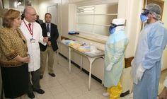 En el acceso al área los visitantes pudieron apreciar detalles  del vestuario de protección que utilizarán los equipos frente a la llegada de un paciente.
