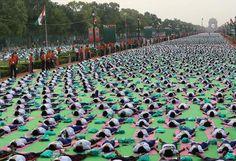 Welt-Yoga-Tag: Zum ersten Welt-Yoga-Tag haben 37.000 Menschen im Herzen der indischen Hauptstadt Neu Delhi Yoga-Übungen gemacht. Indiens Premierminister Narendra Modi stellte sich am Sonntag in die erste Reihe auf dem Königsboulevard Rajpath. Mit ihm beugten und streckten sich auf bunten Matten Tausende Schulkinder, Studenten, Beamte, Bürger, Polizisten und Soldaten im Gleichklang. Mehr Bilder des Tages auf: http://www.nachrichten.at/nachrichten/bilder_des_tages/ (Bild: APA)