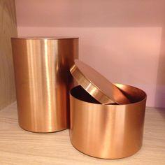 Nyhet på R.O.O.M. Burk med lock i koppar för allt du vill ha nära till hands men inte visa för alla :) liten ø12cm H: 8cm 219kr, stor ø12cm H: 16cm 289kr #roombutiken #koppar #copper #nyhetpåroom