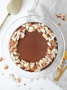 Den 13 mars är det mazarinens dag. När man tänker mazarin tänker man nog på en liten oval bakelse med rosa eller vit glasyr. Men mazariner kan se ut på många olika sätt. Den här kakan är...