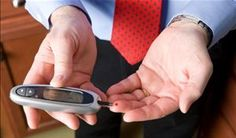 homem verificando a glicemia - Foto: Getty Images