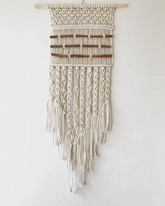Macrame hecha a mano de medio colgando de la pared hecho con cuerda de algodón 100% trenzado y palitos de canela. Aprox. 30 cm x 80 cm Solamente uno disponible y listo para el envio.