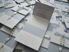 Convite para batizado | Mini terço em pérola e prata | Impresso frente e verso | Laço chanel em fita de cetim | Saquinho plástico individual e adesivo para fechar.