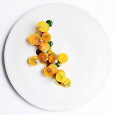 Smoked scallops & different textures of carrot. A beautiful dish by @ronnyemborg. Photograph by @signebirck #gastroart