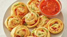 Jalapeño-Bacon Crescent Pinwheels - - Cream cheese, bacon and spicy jalapeños balance the sweetness of sweet Hawaiian crescent rolls to perfection in these easy appetizer pinwheels that are way easier to make than they look. Italian Antipasto, Italian Appetizers, Yummy Appetizers, Appetizers For Party, Antipasto Tray, Pinwheel Appetizers, Pinwheel Recipes, Christmas Appetizers, Pinwheel Sandwiches