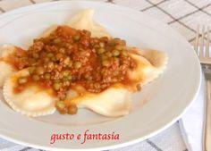 I ravioli di ricotta panteschi con ragù sono una ricetta tipica di Pantelleria; è un primo piatto dal gusto particolare per la presenza della mentuccia.