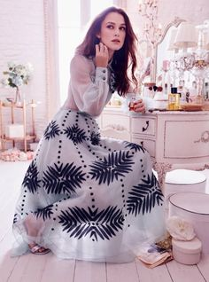 Keira Knightley stuns in a beautiful cover story of Harper's Bazaar UK December called 'Theatre Icon'. The beauty looks amazing in Chanel's… Estilo Keira Knightley, Keira Knightley Style, Keira Christina Knightley, Keira Knightley Chanel, Kira Knightley, Personal Style Quiz, Elisabeth Swan, Chantal, Chanel Dress