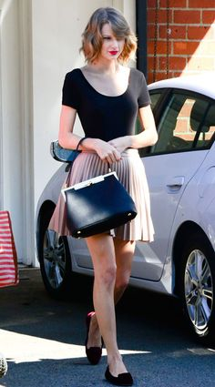Taylor Swift does ballerina style with short hair out in Hollywood Images Su Estilo Taylor Swift, Taylor Swift Style, Taylor Alison Swift, Star Fashion, Fashion Outfits, Holiday Party Outfit, Taylor Swift Pictures, Hollywood Images, Celebrity Style
