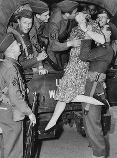 La actriz Martha O' Driscoll le da un beso de despedida a un soldado en los Angeles, en 1941