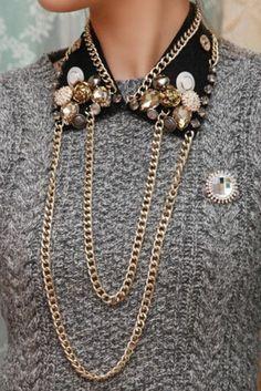 un collier col claudine très chic associé à un pull gris, col claudine avec chaîne d'or
