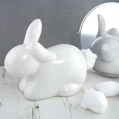 Um coelho para armazenar bolas de algodão.