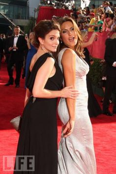 My faves  Tina Fey and Mariska Hargitay strike their best sexy poses on the red carpet.  2009 Emmys