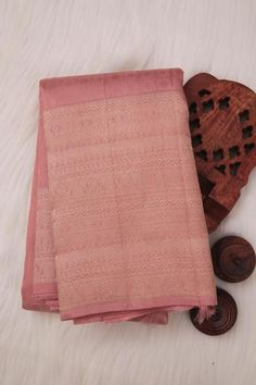 This Beautiful rose gold kanchipuram saree has Jacquard checkered design all over the body.saree has long border with gold zari designs in it. saree has same colour pallu with gold zari designs in it.This saree accompanied with self blouse. Kanjivaram Sarees Silk, Kanchipuram Saree, Christian Wedding Sarees, Saree Wedding, Ethnic Sarees, Indian Sarees, Indian Fashion Dresses, Silk Saree Blouse Designs, Saree Photoshoot