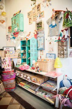 Es una tienda en Madrid. Hay mucho decoraciones en la tienda.