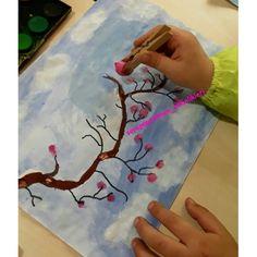 Ponpon ve mandal ikilisini bilmeyen yoktur ☺ İlkbahar ağaçlarımızın çiçeklerini ve bulutları ponpon+mandal yardımıyla yaptık 😍 #ilkbahar #bahar #kus #serapogretmen #serapogretmen_etkinlikleri English Activities, Fun Crafts For Kids, Preschool, Spring, Visual Arts, Good Ideas, School, Seasons Of The Year, Silk