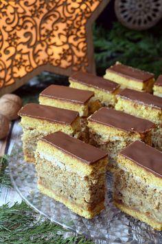 Ciasto na wskroś orzechowe! Jeśli macie w domu dużą ilość orzechów, jeśli nie straszne Wam ich łuskanie lub jeśli jesteście fanami orzechowych smaków, a ceny orzechów Wam nie straszne, polecam Wam to ciasto. Orzechy znajdują się aż w 3 częściach składowych tego ciasta. W sumie wykorzystujemy Quick Dessert Recipes, Sweet Recipes, Delicious Desserts, Lemon Cheesecake Recipes, Chocolate Cheesecake Recipes, Pastry Recipes, Baking Recipes, Hungarian Desserts, Polish Desserts