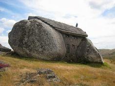 Casa de piedra en Portugal.Es una construcción ecológica que cuenta con muebles de piedra y techo de tejas. Situado en la ladera de las montañas de Fafe, Se dice que se construyó inspirados en los Picapiedras.