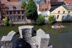 Los turistas aprovechan de un día maravilloso en Gante, Bélgica