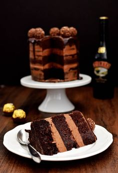 Chocolate Hazelnut Semi Naked Cake with Dark Chocolate Ganache. Chocolate Cake with a Chocolate Hazelnut frosting in a semi naked style, topped with crunchy Ferrero Rocher and a dark chocolate ganache dripping around the edges. Chocolate Toffee, Chocolate Hazelnut, Chocolate Cake, Chocolate Lovers, Pear Recipes, Holiday Recipes, Cake Recipes, Turntable Cake, Crunch Cake