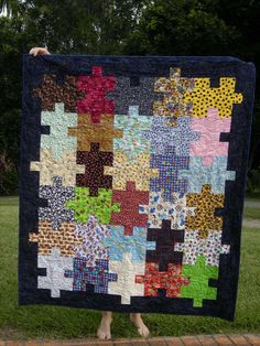 This easy jigsaw puzzle quilt pattern walks you through the puzzle quilt construction process step by step. Get the the jigsaw puzzle quilt free tutorial. Quilt Baby, Lap Quilts, Scrappy Quilts, Small Quilts, Boys Quilt Patterns, Beginner Quilt Patterns Free, Baby Quilt Tutorials, Sewing Patterns, Puzzle Quilt