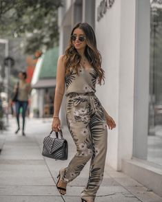 Image may contain: 1 person, standing, shoes and outdoor Chic Summer Outfits, Casual Outfits, Cute Outfits, Timeless Fashion, Fashion Beauty, Fashion Looks, Womens Fashion, Looks Style, Casual Looks