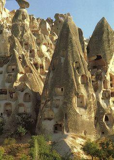 Kapadokya/Nevşehir  TÜRKİYE/TURKEY/// Kapadokya, 60 milyon yıl önce Erciyes, Hasandağı ve Güllüdağ'ın püskürttüğü lav ve küllerin oluşturduğu yumuşak tabakaların milyonlarca yıl boyunca yağmur ve rüzgar tarafından aşındırılmasıyla ortaya çıkan bölge.