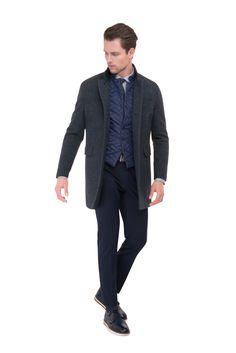 2b482196e Modrá prošívaná vesta je ideální pod kabát či sako, ale i samostatně jen s  košilí