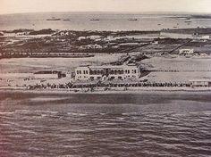 Puede que esta sea la foto aérea mas antigua de Cádiz. En ella vemos el Balneario Reina Victoria , detrás los depósitos de tabaco inaugurados en el año 1910. Al fondo, los barcos fondeados en la bahía.