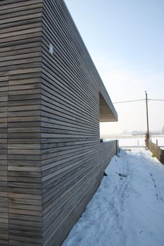 gevelbekleding in Padouk Wooden Cladding, Joinery Details, Mall Design, House Siding, Garden Office, Wall Treatments, Log Homes, Architecture Details, Interior And Exterior