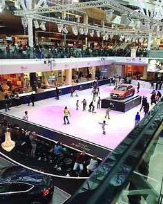 UK – Skating rink on the Ground floor of Westfield London shopping centre, London Borough of Hammersmith and Fulham, England, Great Britain, UK. To the left on the First floor can be seen the sign for Chip + Fish. The shopping centre is located on Ariel Way in the Sheperd's Bush neighbourhood. https://www.google.ca/maps/place/Westfield/@51.5088126,-0.2374318,14z/data=!4m5!3m4!1s0x48760fd9a17c9f4d:0xe252903445e7660c!8m2!3d51.5088126!4d-0.2199223
