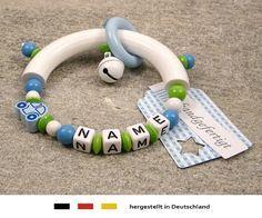 Baby Greifling Beißring halbrund mit Namen   individuelles Holz Lernspielzeug als Geschenk zur Geburt & Taufe   Jungen Motiv Auto in blau