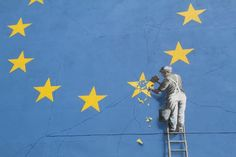 banksy brexit 1 Banksy's mural of a workman chiseling away at a star in the European Union flag mysteriously disappeared from the side of a building in Dover, England, over the weekend. Street Art Banksy, Banksy Graffiti, Banksy Girl, Images Graffiti, Arte Banksy, Banksy Wall Art, Banksy Stencil, Banksy Artwork, Stencil Wall Art