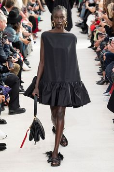 Valentino's Spring/Summer 2019 Brings The Black on Black To Paris Fashion Week. Valentino's Spring/Summer 2019 Brings The Black on Black To Paris Fashion Week. Couture Fashion, Runway Fashion, Boho Fashion, High Fashion, Fashion Dresses, Fashion Design, Feminine Fashion, Style Fashion, Fashion Top