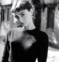 """Audrey Hepburn: """"Se hai bisogno di una mano, la troverai alla fine del tuo braccio""""..."""