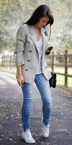 How To Style A Pair Of Jeans Plaid Blazer Plus Converse Plus White Top - Women's Style - Outfits Blazer Jeans, Look Blazer, Jeans And Sneakers, Plaid Blazer, Blazer Outfits, Blazer Fashion, Checked Blazer, Women's Jeans, Skinny Jeans