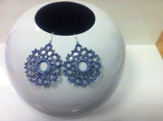 orecchini all'uncinetto,dipinti a mano nei toni del blu jeans,vetrificati,con glitter argentati.anello rigido centrale