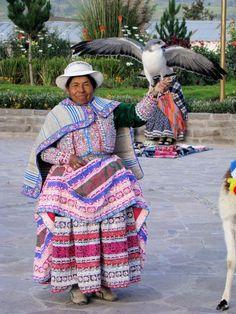 Pérou - CHIVAY ( alt. 3451 m) Femme en costume traditionnel