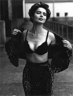 Vogue Photo by Steven Meisel. Pinned from: pin.it/… Isabella Rossellini. Vogue Photo by Steven Meisel. Pinned from: pin. Steven Meisel, Isabella Rossellini, Looks Black, Black And White, Black Bra, Kreative Portraits, Italian Actress, Poses, Vintage Beauty