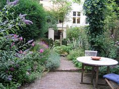 Affordable And Effective Cottage Garden Designing Methods For Your Home Your home is your world, and much like the world around us, looks are important. You may take your time to care for your house, but what about your yard? Small Gardens, Outdoor Gardens, Cottage Garden Plan, Narrow Garden, Small City Garden, Classic Garden, Interior Garden, Landscaping Plants, Gardening