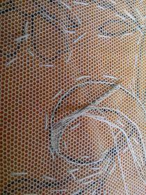 El tul es un tejido muy abierto que forma unas celdillas como en un panal de abejas. Este tejido se puede bordar. El tul tiene ... Tambour Embroidery, Embroidery Stitches, Hand Embroidery, Drawn Thread, Thread Art, Bordado Popular, Lacemaking, Lesage, Japanese Embroidery